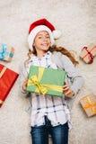 Adolescente feliz con las cajas de regalo Fotografía de archivo