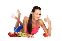 Adolescente feliz con las frutas sanas Foto de archivo libre de regalías