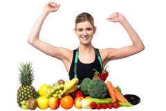 Adolescente feliz con las frutas y verduras Fotos de archivo