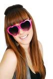 Adolescente feliz con las gafas de sol del corazón Imagen de archivo
