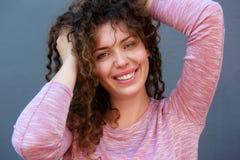Adolescente feliz con las manos en pelo Imagenes de archivo