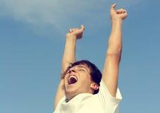 Adolescente feliz con las manos para arriba Imagen de archivo