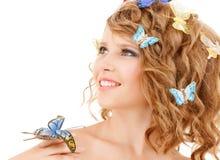Adolescente feliz con las mariposas en pelo Fotos de archivo