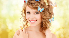 Adolescente feliz con las mariposas en pelo Fotos de archivo libres de regalías