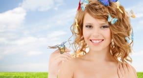 Adolescente feliz con las mariposas en pelo Foto de archivo
