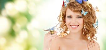 Adolescente feliz con las mariposas en pelo Imagen de archivo