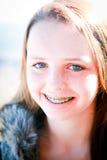 Adolescente feliz con las paréntesis al aire libre Foto de archivo libre de regalías