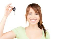 Adolescente feliz con llave del coche Fotos de archivo