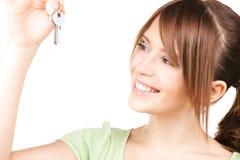 Adolescente feliz con llaves Fotos de archivo