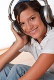 Adolescente feliz con los auriculares Fotografía de archivo