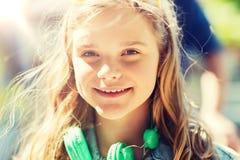 Adolescente feliz con los auriculares Foto de archivo