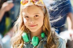 Adolescente feliz con los auriculares Foto de archivo libre de regalías