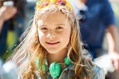 Adolescente feliz con los auriculares Fotos de archivo libres de regalías