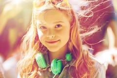 Adolescente feliz con los auriculares Imagen de archivo libre de regalías