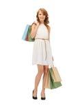 Adolescente feliz con los bolsos de compras Foto de archivo