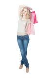 Adolescente feliz con los bolsos de compras rosados Imagen de archivo
