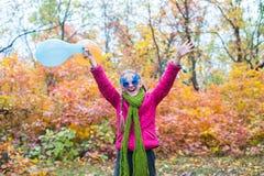 Adolescente feliz con los brazos abiertos Imagen de archivo