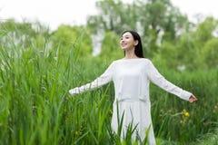 Adolescente feliz con los brazos extendidos en el parque Fotos de archivo libres de regalías