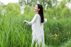 Adolescente feliz con los brazos extendidos en el parque Imagen de archivo libre de regalías