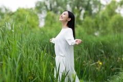 Adolescente feliz con los brazos extendidos en el parque Imágenes de archivo libres de regalías