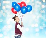 Adolescente feliz con los globos del helio Imagen de archivo libre de regalías
