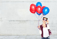 Adolescente feliz con los globos del helio Fotografía de archivo libre de regalías