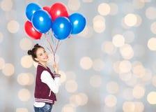 Adolescente feliz con los globos del helio Imagenes de archivo