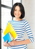 Adolescente feliz con los libros y las carpetas Foto de archivo libre de regalías
