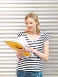 Adolescente feliz con los libros y las carpetas Imagen de archivo libre de regalías