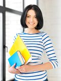 Adolescente feliz con los libros y las carpetas Imágenes de archivo libres de regalías