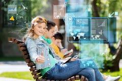 Adolescente feliz con PC de la tableta al aire libre Imagenes de archivo