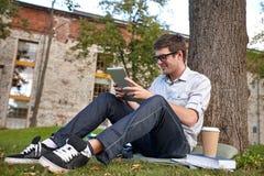 Adolescente feliz con PC y café de la tableta Imágenes de archivo libres de regalías
