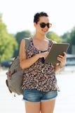 Adolescente feliz con PC y la mochila de la tableta Foto de archivo