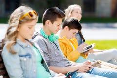 Adolescente feliz con PC y los auriculares de la tableta Imagen de archivo libre de regalías