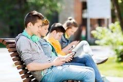 Adolescente feliz con PC y los auriculares de la tableta Foto de archivo