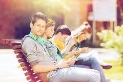 Adolescente feliz con PC y los auriculares de la tableta Fotos de archivo libres de regalías