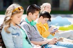 Adolescente feliz con PC y los auriculares de la tableta Imagenes de archivo