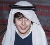 Adolescente feliz con ropa árabe Imagen de archivo libre de regalías