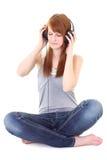 Adolescente feliz con sentarse de los auriculares Fotos de archivo libres de regalías