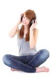 Adolescente feliz con sentarse de los auriculares Imagen de archivo