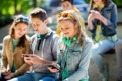 Adolescente feliz con smartphone y los auriculares Fotografía de archivo