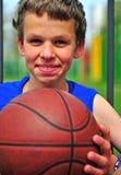 Adolescente feliz con un baloncesto Fotos de archivo libres de regalías