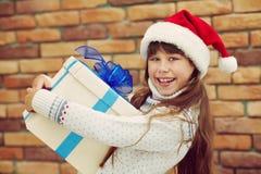Adolescente feliz con un regalo Imágenes de archivo libres de regalías