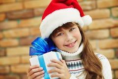 Adolescente feliz con un regalo Imagen de archivo
