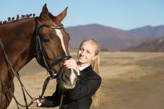 Adolescente feliz de la muchacha con su caballo Foto de archivo libre de regalías