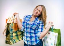 Adolescente feliz de la muchacha sosteniendo los panieres Foto de archivo libre de regalías