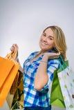 Adolescente feliz de la muchacha sosteniendo los panieres Imagen de archivo