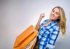 Adolescente feliz de la muchacha sosteniendo los panieres Imagen de archivo libre de regalías