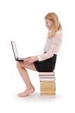Adolescente feliz del estudiante con el ordenador portátil Imagen de archivo
