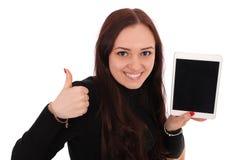 Adolescente feliz del estudiante con la PC de la tableta, deteniendo el pulgar Imágenes de archivo libres de regalías